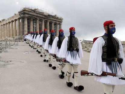 La guardia presidencial, en la celebración del bicentenario de la independencia griega, el jueves en Atenas.