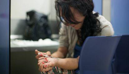 Una usuaria de la sala de venopunción Baluard de Barcelona