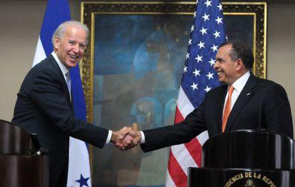 Joseph Biden estrecha la mano del presidente hondureño Porfirio Lobo.