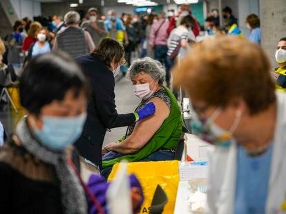 Vacunación en el WiZink Center, en Madrid, el viernes 9 de abril de 2021.