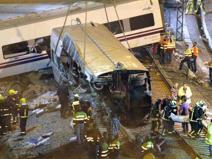 Los servicios de emergencia trabajan en el lugar del siniestro en la noche del 24 de julio de 2013.