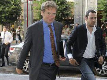 El representante del Fondo Monetario Internacional (FMI), Poul Thomsen (izda), llega al Ministerio de Economía para reunirse con el ministro Yannis Sturnaras, en Atenas, Grecia.