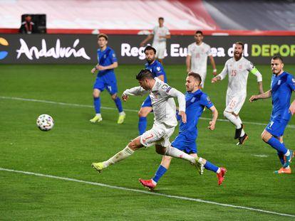 El delantero de la selección española, Álvaro Morata, remata ante la defensa de Grecia en un partido del pasado marzo.