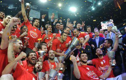 Los jugadores del Olympiacos celebran el título.