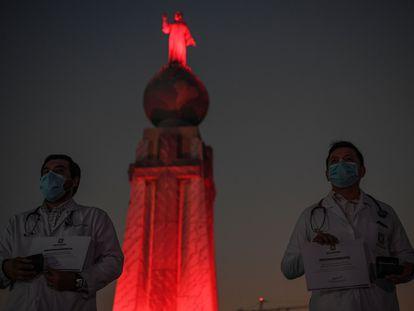 Personal médico, ante el monumento al Divino Salvador este miércoles en San Salvador.