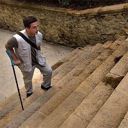 Niko Basadonna sube las escaleras de acceso al parque Munteroles en Barcelona.