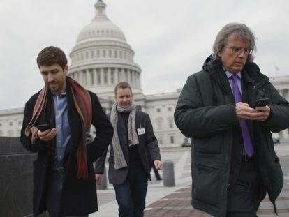 Tristan Harris ( presidente de Center for Humane Technology, a la izda.) en una imagen del documental The Social Dilemma, de Netflix.