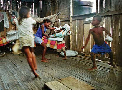 En el departamento de Nariño, las poblaciones indígenas y de raza africana son las que más sufren los chantajes de uno y otro lado, militares y guerrilla, y la discriminación del Gobierno y la sociedad.