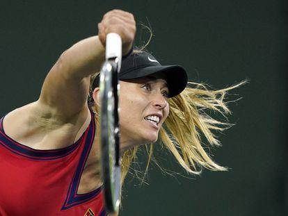 Badosa sirve durante el partido de Indian Wells contra Kerber.