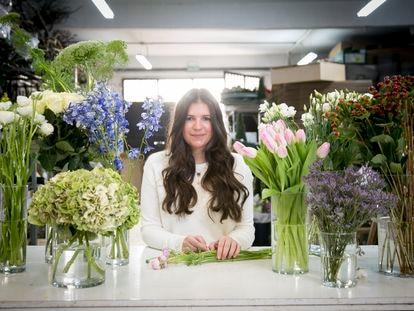 Elena Suárez, florista, en su taller de Madrid.