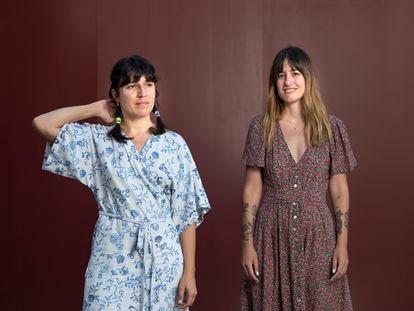 La ilustradora Maria Hesse y la cantante Lorena Álvarez posan en en patio central de Conde Duque.