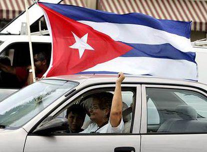 Una mujer participa en una manifestación de coches el 1 de agosto de 2006 en Miami tras conocer las noticias sobre la enfermedad de Castro.