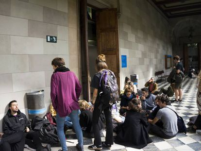 Estudiantes ayer en la Universidad de Barcelona.
