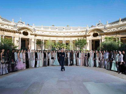 Giorgio Armani, junto a las modelos de su desfile de la alta costura otoño-invierno 2019 de París.