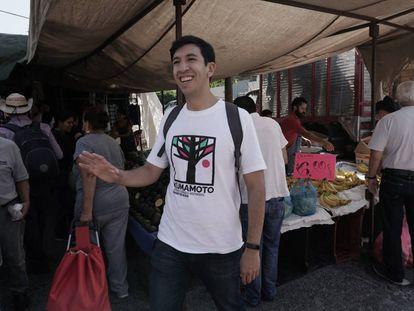 Pedro Kumamoto recorre las calles de Zapopan, en busca de firmas.