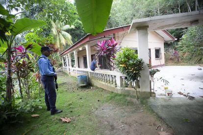 Policía DPI vigila la casa del abuelo de Enoc.