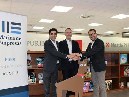 Desde la izquierda, Mark El-Khoury, gerente de Nestlé Purina PetCare, Javier Jiménez, director General de Lanzadera, y Xavier Pérez, director de marketing de Nestlé Purina PetCare España.