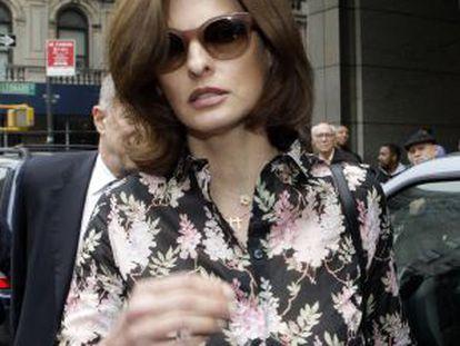 Linda Evangelista, a la salida del juzgado de Nueva York en el que se dirimía la manutención que recibiría Augustus, el hijo que tuvo la modelo con el empresario François-Henri Pinault.