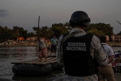 Miembros de la Guardia Nacional y el Instituto Nacional de Migración de México vigilan la orilla del río Suchiate, en la frontera entre México y Guatemala el 18 de enero de 2021.