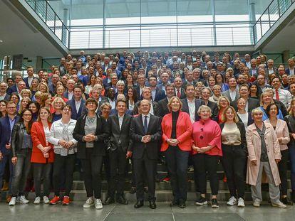 El nuevo grupo parlamentario de los socialdemócratas, con el vicecanciller Olaf Scholz en el centro, reunido en uno de los edificios del Bundestag. Es el grupo más numeroso, con 206 miembros.