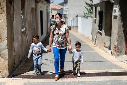 Zaida Varillas pasea junto a sus hijos Sebastián y Santiago por las calles de Pareja (Guadalajara).