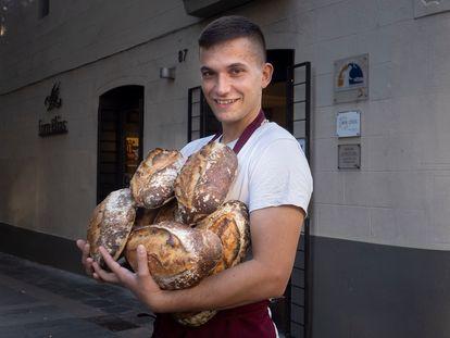 BARCELONA 2021/10/25 Enric Badia Elias, panadero de la cuarta generación del Forn Elias de Barcelona una panadería de barrio en una zona popular de la capital catalana. El jueves pasado se proclamó subcampeón del mundo en el Mondial du Pain que se celebró en Francia. Ganó Japón y el tercero fue Italia Foto: Carles Ribas