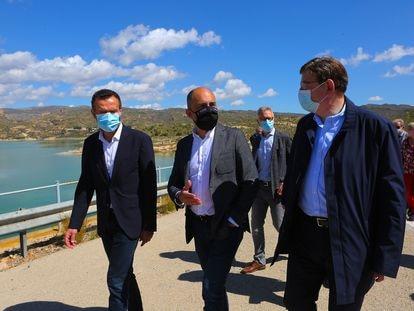 El alcalde de Elche, Carlos González, el dirigente de Riesgo de Levante, Javier Berenguer, y Ximo Puig, este martes en el pantano de Crevillente.