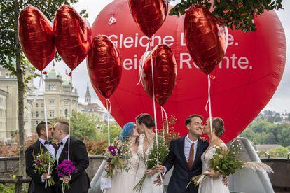 Integrantes de la organización  'Operación Libero' escenifican un matrimonio para diferentes tipos de pareja en Berna, Suiza, el 26 de septiembre.