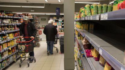 Estantes vacíos por el  acopio de víveres en un supermercado de Madrid, este martes.