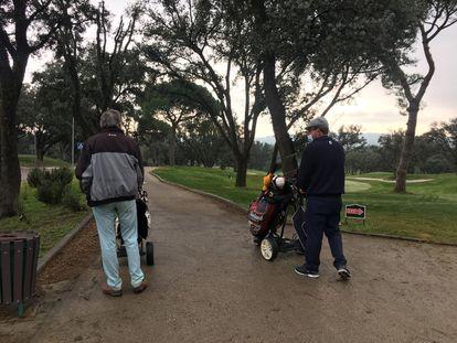 Dos golfistas jubilados se dirigen hacia el hoyo 10, en el Club de Campo.