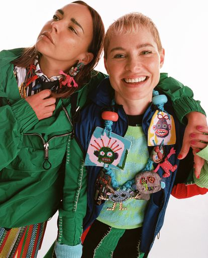 Chenoa viste chaqueta Dsquared2, camisa y falda Versace y pendientes Bimba y Lola. Soraya, chaleco Dsquared2, jersey Luca de Tena, vestido Shoop y collar Bimba y Lola