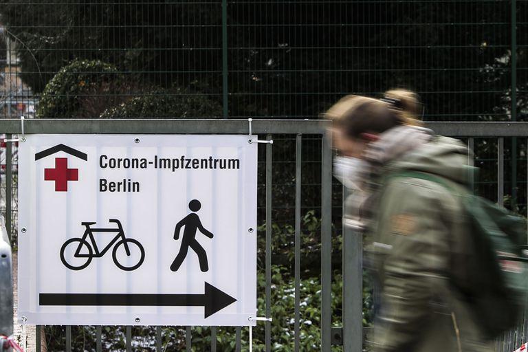 Un cartel muestra la entrada de un centro de vacunación de Berlín, este jueves.