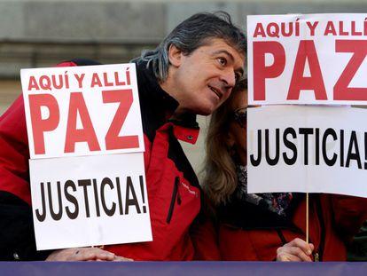 Los promotores del manifiesto 'No en mi nombre' protestan en Madrid y en otras ciudades de España para mostrar su rechazo a los atentados terroristas perpetrados en París y en Líbano y a los bombardeos contra la población civil siria. En la imagen, manifestación en Madrid.