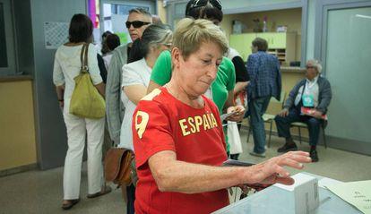 Una mujer vota en las elecciones catalanas de 2015.