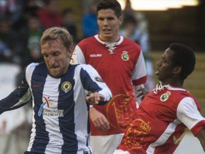 Diego Rivas, del Hércules, disputa un balón con Koné durante el partido.