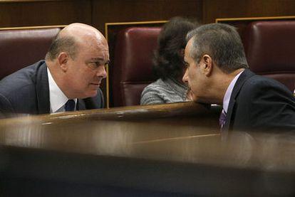 El ministro de Trabajo, Celestino Cobarcho, junto al diputado del PNV Emilio Olabarría.