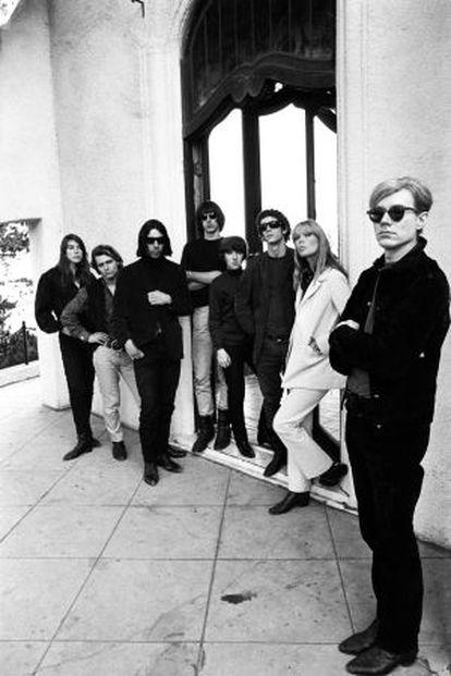 Andy Warhol (a la derecha) y la Velvet Underground, en una imagen de 1966 tomada por el fotógrafo Steve Schapiro.