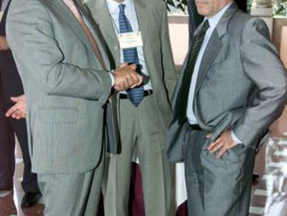 El juez Adolfo Prego (D) charla con dos compañeros.