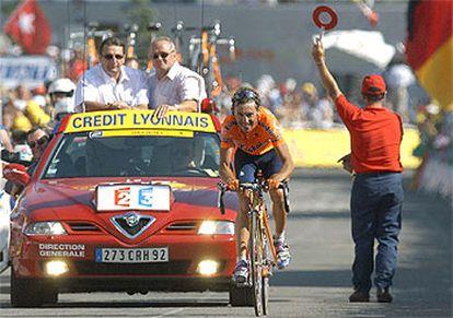 Iban Mayo llega victorioso a la meta de Alpe d'Huez.