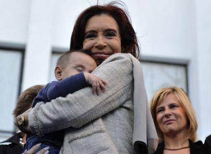Cristina Fernández abraza un bebé.