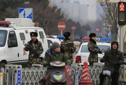 Fuerzas paramilitares vigilan una zona turística de Pekín este domingo.
