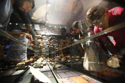 Los refugiados sirios y palestinos miran restos islámicos del Madrid medieval.
