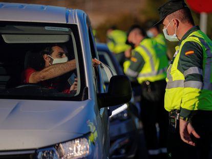 Control de la Guardia Civil en la A4 a la salida de Madrid en noviembre pasado, durante el segundo estado de alarma.