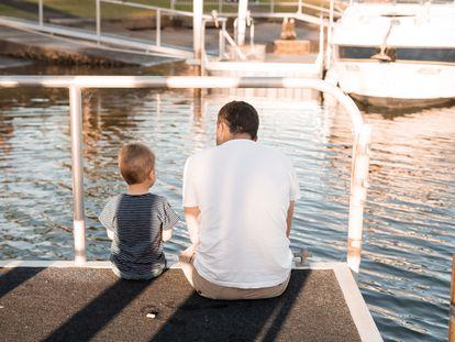 Un padre habla con su hijo.
