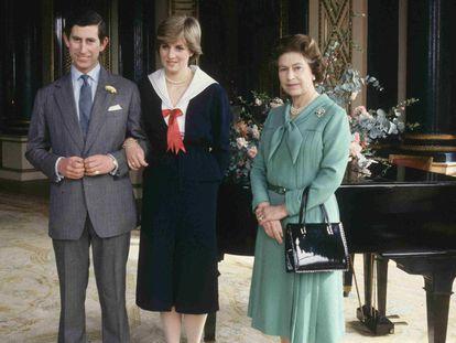 La reina Isabel II con su hijo, Carlos de Inglaterra, y su entonces prometida, Diana Spencer, en marzo de 1981 en el palacio de Buckingham.