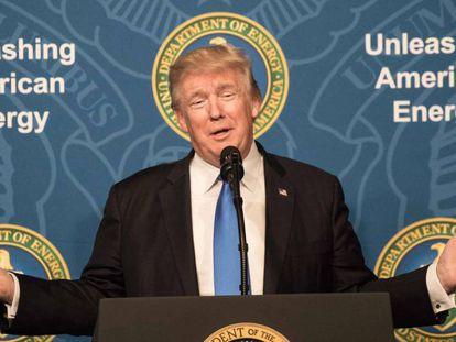 Trump habla en el acto del Departamento de Energía, este jueves. En el vídeo, Trump anuncia la creación del oleoducto.