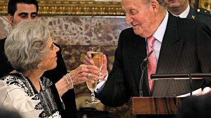 Elena Poniatowska brinda con el rey Juan Carlos tras recoger el Premio Cervantes de las Letras.