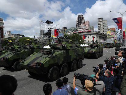 Vehículos militares taiwaneses participan en el desfile de celebración del día nacional de Taiwán este domingo
