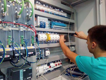 Un estudiante de FP dual hace prácticas en una empresa