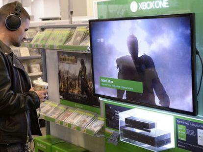 Un hombre observa una Xbox One la víspera de su lanzamiento en Nueva York